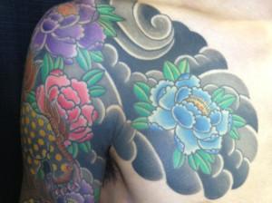 和彫り 牡丹と花のかいな