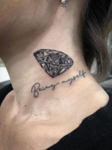 女性|首元のダイヤのタトゥー