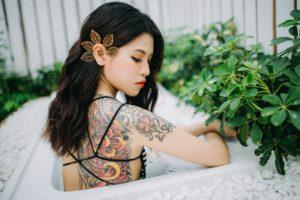 背中に刺青の入った女性と温泉